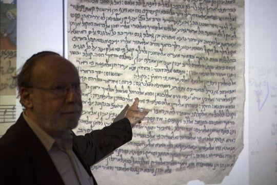 El Director Académico de la Biblioteca Nacional de Israel Ben-Samai, presenta uno de los documentos religiosos antiguos