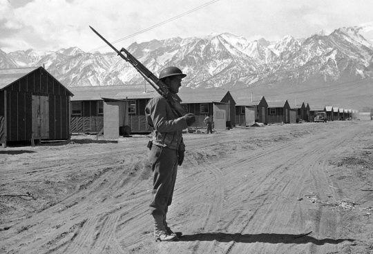 Un soldado americano vigila el internado japonés durante la Segunda Guerra Mundial.