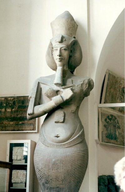 La estatua de Akenatón muestra cierta ambigüedad a simple vista
