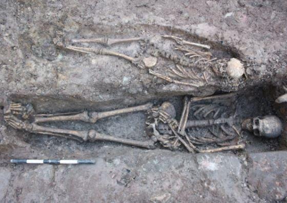 esqueletos tumba medieval escocia
