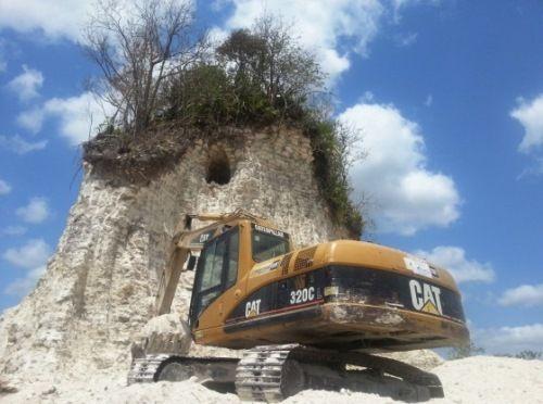 excavadora piramide maya belice