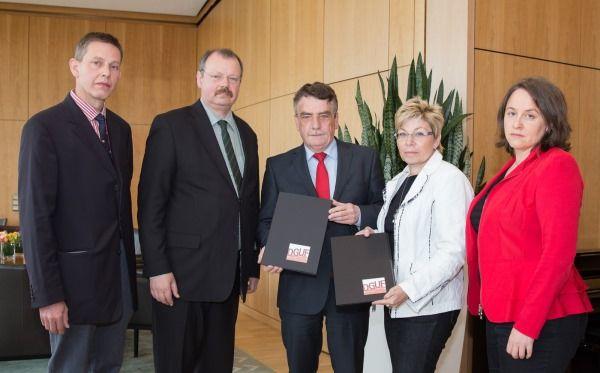 Momento de la entrega de formas contra los recortes en Patrimonio en Alemania