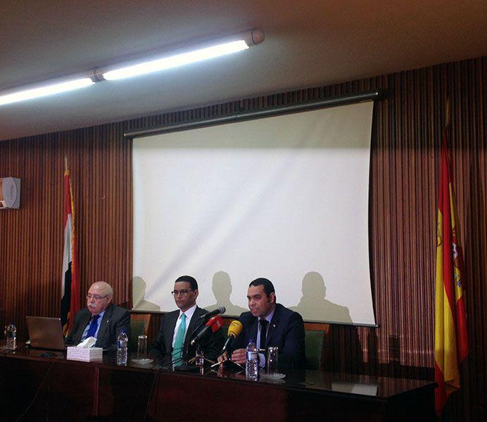 El profesor Francisco Martín (a la dcha.) acompañado del Dr. Elsayem Soheim Consejero de Cultura del Instituto Egipcio, y el Sr. Mohamed Mohsen Ismael, Agregado de Turismo de Egipto en España