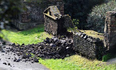 tumba pompeya dañada
