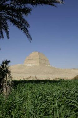 piramide de meidum en ruta de las piramides