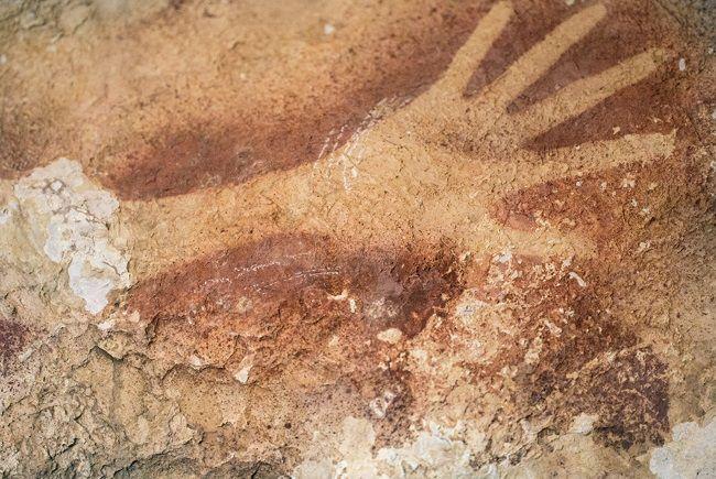 La silueta de una mano en una cueva de Indonesia tiene 40.000 años de antigüedad y podría ser la pintura rupestre más antigua del mundo.
