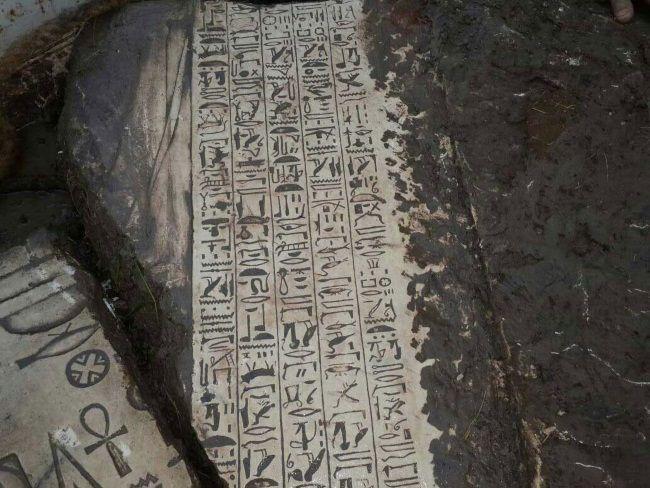 Jeroglíficos encontrados en los restos del templo descubierto debajo de una casa en Egipto. Crédito: Ahram