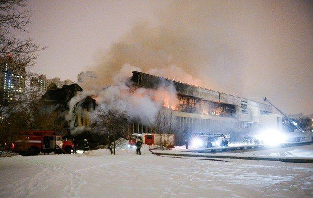 Los bomberos logran contener el incendio en la Biblioteca de la Academia de las Ciencias en Moscú. Crédito: Jornada