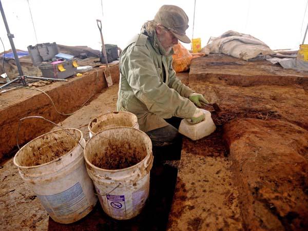 Investigadores trabajan en el montículo indio hallado en EEUU.