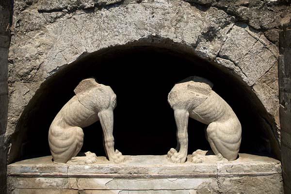 ¿Quiénes están enterrados en Anfípolis?