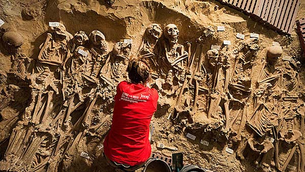 Bajo un supermercado en Francia, se ha encontrado una fosa con 200 cuerpos perfectamente colocados.