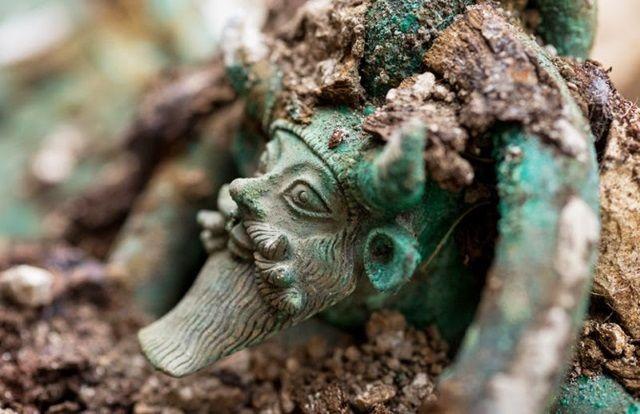 Mango de un caldero de bronce que representa al dios griego Aqueloo. Crédito imagen: © Denis Gliksman / Inrap