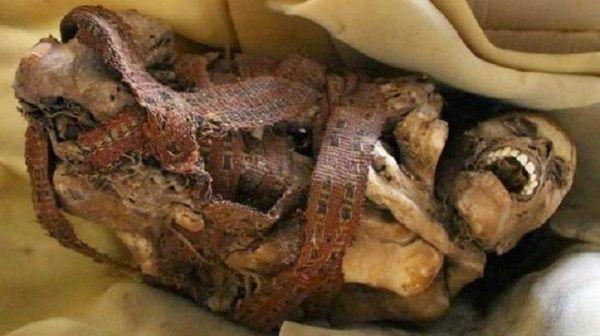 La momia fue encontrada dentro de una caja de cartón frente a un yacimiento prehispánico.