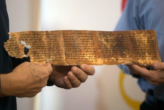 Los pergaminos más antiguos de los 10 Mandamientos están siendo expuestos en Israel.