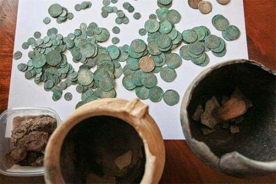 Un gran tesoro de 6.000 monedas de plata ha sido hallado en Polonia.