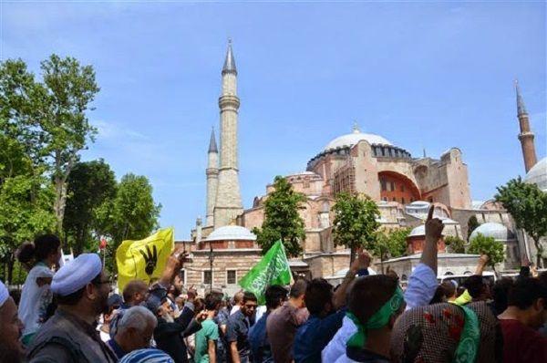 Cientos de turcos en una protesta frente a Santa Sofía para solicitar que vuelva a ser una Mezquita. Crédito: Hurriyet.