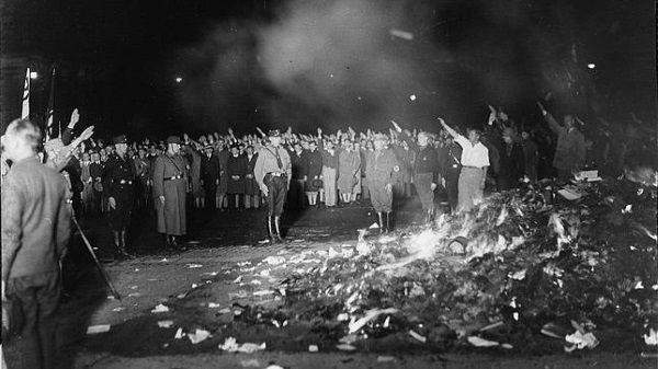 Imagen histórica de la quema de libros realizada por los nazis en 1933.