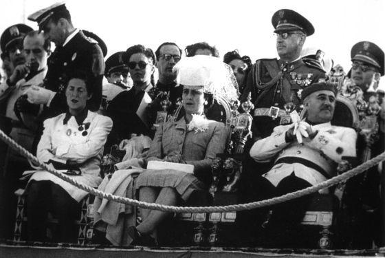 Franco, a la derecha, junto con Carmen Polo y Pilar Primo de Rivera durante un acto de la sección femenina