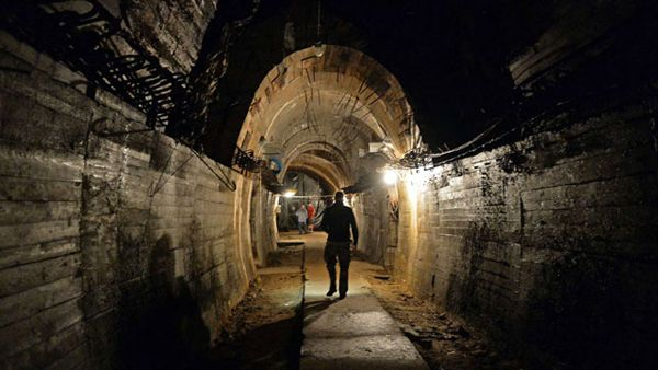 Un hombre camina por un túnel en el área donde se busca el tren nazi