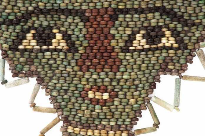 Máscara funeraria de cuentas de fayenza