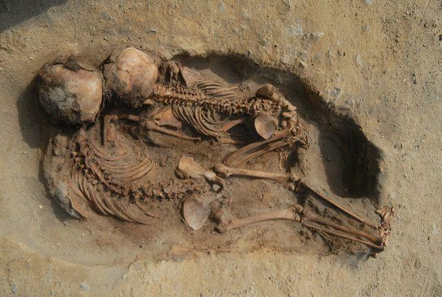 esqueletos niños cultura chimu peru