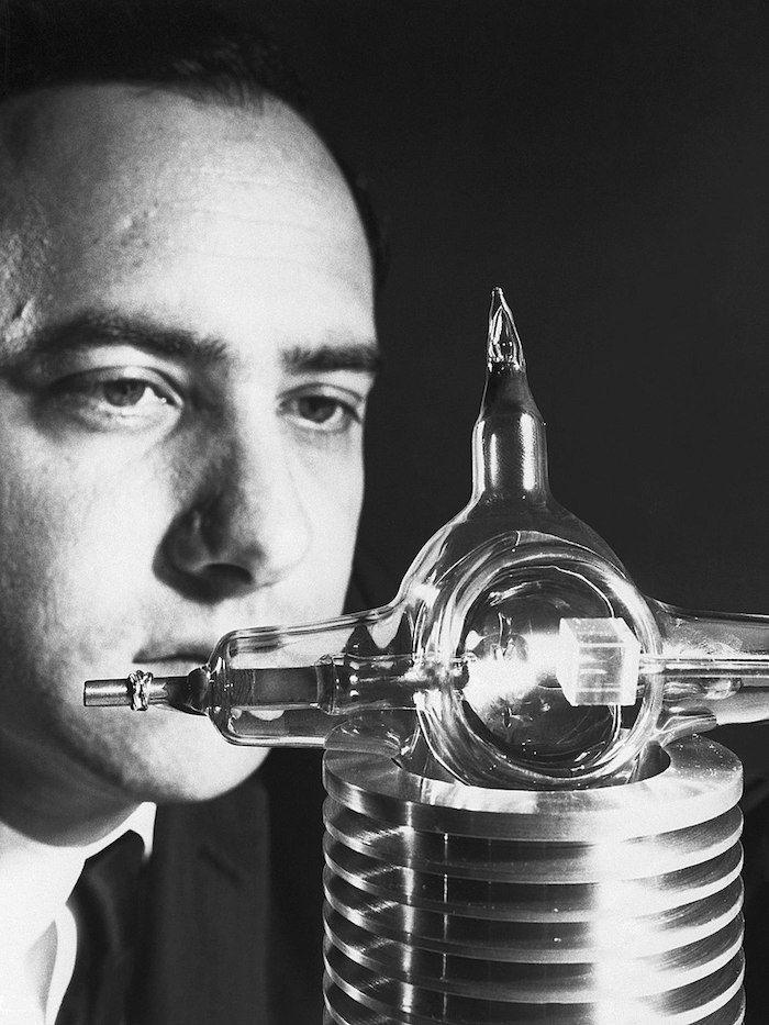 Theodore Maiman con su laser