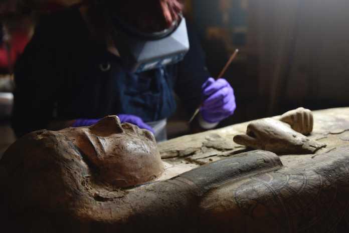 figuras pintadas dentro de la tumba de una momia egipcia