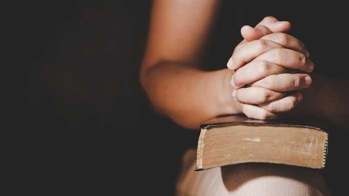 por que debemos rezar en la religion